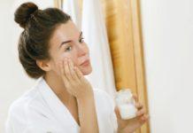 Eine Frau trägt Kokosöl aufs Gesicht auf