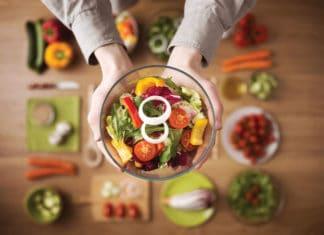 Selbstgemachter Gemüsesalat (Depositphotos / stockasso)