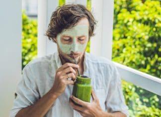 Mann mit Maske und Smoothie (galitskaya / Depositphotos)