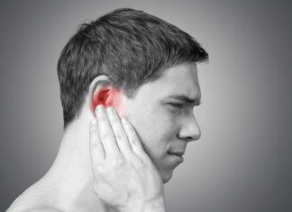 Mann mit einem Pickel im Ohr