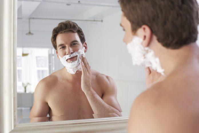 Ein Mann bei der Rasur